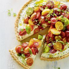 Recette de tarte aux tomates cerises et aux trois fromages—Le summum de l'été: une tarte débordante de tomates colorées, à servir à l'apéro ou en guise de repas léger. Vegetable Recipes, Vegetable Pizza, Vegetarian Recipes, Cheese Tarts, Cherry Tart, Dessert, Vegan, Creative Food, Cherry Tomatoes