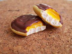 Boucles d'Oreilles Petites Génoises Nappage Chocolat Fourrées à l'Orange - Miniatures Gourmandes - Fimo : Boucles d'oreille par petitsgrainsdecel