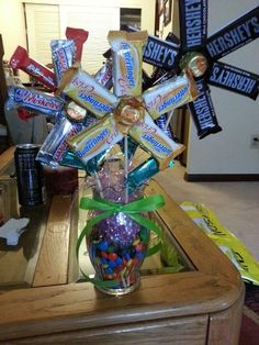 Learn how to make candy bouquets – Candy Bouquet Designs books. Start Candy Bouquet and Gift Basket Business or Do it for a hobby! Candy Bar Bouquet, Gift Bouquet, Food Bouquet, Candy Gift Baskets, Candy Gifts, Raffle Baskets, Craft Gifts, Diy Gifts, Candy Arrangements