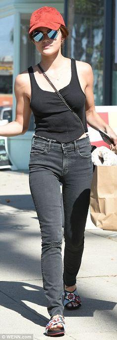 Brunett wenn sexy shirt boobs jeans
