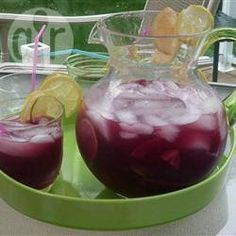 Alcoholvrije sangria Ingrediënten  Porties 8:   1 liter druivensap 1 sinaasappel, in dunne plakken 1 limoen, in dunne plakken 1 perzik, in schijfjes 1 appel, in schijfjes 1 trosje pitloze witte druiven ijsblokjes 125 ml spuitwater