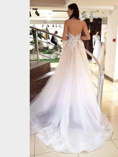 Schulterfreies Brautkleid mit Corsage und Spitzenapplikationen auf Oberteil und Rock und Überrock. Wedding Engagement, Wedding Ideas, Wedding Dresses, Fashion, La Mode, Linz, Wedding Dress Lace, Bridal Gown, Curve Dresses