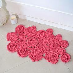 Confira a videoaula destes maravilhosos motivos para tapete de crochê com EuroRoma Spesso.