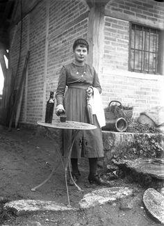 femme sur un chantier de travail, J.B Boudeau, vers 1915- Bfm Limoges ; http://boudeau.bm-limoges.fr/