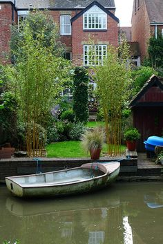 The houses along the Oxford Canal have lovely back gardens