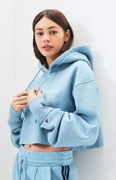 Champion takes your sporty style to the next level with the Light Blue Reverse Weave Cropped Hoodie. This fleece-lined pullover features a drawcord hood, long sleeves, logo embroidery at the chest, and a cropped fit. Champion Hoodie Women, Cropped Hoodie Outfit, Light Blue Champion Hoodie, Crop Top Hoodie, Light Blue Hoodie, Light Blue Crop Top, Blue Crop Tops, Cool Outfits