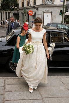 Llegada de la novia a la Iglesia Santa Bárbara de Madrid con vestido de novia Beatriz Alvaro