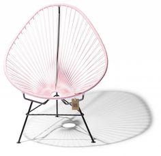 Renueva tu terraza con esta silla de diseño mexicano! La silla Acapulco es un icono del diseño mexicano que tiene origen en los años ´50. Todas nuestras sillas son 100% hechas a mano por artesanos mexicanos. Armazón de metal galvanizado con asiento tejido con cordones de PVC reciclado.