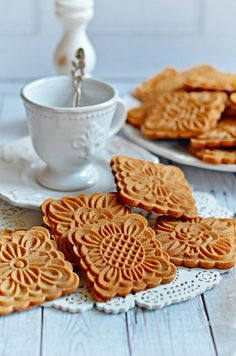 Sweets desserts - Mézes mesekeksz bögrésen kekszpecséthez is Cookie Recipes, Snack Recipes, Dessert Recipes, Snacks, Köstliche Desserts, Delicious Desserts, Yummy Food, Hungarian Desserts, Biscuits