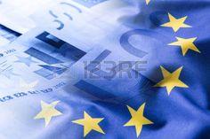 Euro dinero. Moneda euro. Colorido agita la bandera de la Unión Europea sobre un fondo monetario del euro.