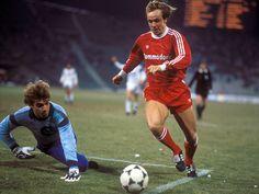 Michael Rummenigge del Bayern de Munich ante Eintracht de Frankfurt en 4 de Marzo de 1987 en Copa de Europa.