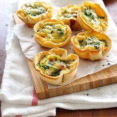 食パンを空き缶などでくり抜いて、マフィンの型に入れてオーブンで焼き上げるだけで、片手でラフに食べられるトーストキッシュの完成。ハムや野菜、カレーなど、チーズや卵でとじられる具材を入れてオーブンへ。簡単なのにオシャレなメニューの出来上がり!