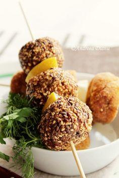 Chiftele de pui cu susan - Pasiune pentru bucatarie- Retete culinare Caramel Apples, Desserts, Food, Tailgate Desserts, Deserts, Essen, Postres, Meals, Dessert
