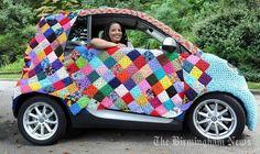 A yarn-bombed smart car, eigenlijk wel zonde van al die mooie wol....., maar erg leuk, opvallend en grappig