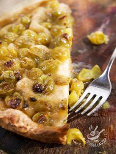 La Crostata all'uva bianca è un dolce semplice, a base di ingredienti genuini e sani e davvero gustosa. Un dessert di tradizione contadina!
