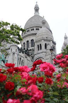 """Frühling in Paris: da bekommt der Begriff """"La vie en rose"""" eine ganz neue Bedeutung!  Durch die rosarote Brille sieht man Paris jedoch in jeder Jahreszeit. Besonders mit unseren Paris Hotel Angeboten, die zum Verlieben schön sind. #paris #travelcircus #städtereisen #travel"""