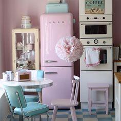 A decoração da cozinha de Manuela Kjeilen! Todos os detalhes da cozinha são encantadores, desde os eletrodomésticos da vovó, passando pelo colorido delicado das louças até os docinhos e confeites espalhados em potinhos lindos por toda a cozinha! Não tem como não se encantar ou não desejar uma assim igualzinha, tem?
