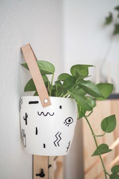 DIY hanging flower pot with leather and abstract print paul vera - DIY hanging flower pot with leather straps and abstract print for your modern home! The DIY guide a - Home Design Diy, Diy Home Decor, Diy Decoration, Hanging Flower Pots, Diy Hanging, House Plants Decor, Plant Decor, Painted Plant Pots, Diy Home Accessories