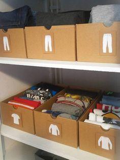 Organizar as peças de roupas em caixas separadas por categoria é uma boa forma de não desarrumar o guarda-roupa todo na hora de escolher o look