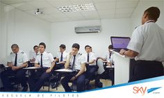 Nuestros alumnos recibiendo clase previo a su etapa de vuelo!! info@skyecuador.com 0969063172 WhatsApp