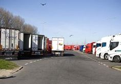 7-Aug-2014 13:48 - VRACHTWAGEN OVERRIJDT EIGEN CHAUFFEUR. Een Duitse vrachtwagen heeft zijn eigen 72-jarige chauffeur overreden. De man had zijn truck niet op de handrem gezet en kwam daar achter toen hij trailer vastkoppelde, zo meldt omroep SWR.