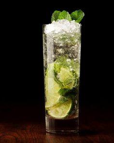 Mojito Cubano 🍋🍹. Delicioso mojito cubano, un sabor entre lo dulce del ron, lo refrescante de la hierbabuena y lo acido del limón. La  combinación perfecta para una tarde de cocteles entre amigas. ¿Qué tal si te enseño a preparar este delicioso trago? >>> INGREDIENTES: - 60 ml de ron blanco. - 30 ml de jugo de limón. - 120 ml de agua con soda. - 2 cda. de azúcar. - 8 hojas de hierbbuena. - Hielo. >> En vaso de vidrio, colocamos la azúcar y la hierbabuena y procedemos a juntarlo triturando… Voss Bottle, Water Bottle, Mojito Cocktail, Fresh Mint, Rum, Glass Vase, Cocktails, South Beach, Miami
