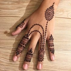 simple henna designs look better when smaller in size. These tattoos look best when placed on the hands. The ancient art of henna tattoo has gone mainstream. Pretty Henna Designs, Modern Henna Designs, Henna Designs Feet, Finger Henna Designs, Wedding Mehndi Designs, Mehndi Designs For Fingers, Dulhan Mehndi Designs, Latest Mehndi Designs, Henna Tattoo Designs