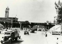 Tweede Wereldoorlog. Japanse militaire voertuigen rijden in maart 1942 Soerabaja / Surabaya binnen na hun overwinning op het Nederlandse leger / KNIL aldaar. Nederlands-Indië / Indonesië, maart 1942.