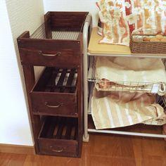 Mayukoさんの、キッチン,野菜ストッカー,野菜収納,セリア,ごちゃごちゃ。,隙間収納,スッキリさせたい,せまいおうち,賃貸,DIY,ダイソー,100均,すのこリメイク,隙間を有効活用したい。,のお部屋写真