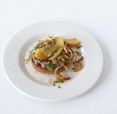 Bei uns gibt's keine schnöde Leberwurst-Stulle, sondern ein Leberwurstbrötchen de luxe! Mit gebratenen Zwiebeln und Äpfel kommt Raffinesse ins Spiel.