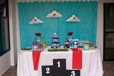 Para a festa com tema do personagem Super Mario, decorada pela empresa Mirabolar Arte Criativa (www.facebook.com/Mirabolar), um painel de tecido azul foi utilizado. Nele foram aplicadas nuvens feitas de feltro