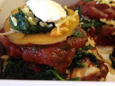 Lekkere vegetarische lasagne met tomaten-paddenstoelensaus. Voedselzandloper-proof, dus zonder pasta lasagnevellen.