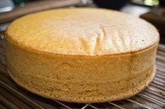 Denne oppskriften på sukkerbrød er litt spesiell for her er det mengden egg som bestemmer hvor mye sukker og hvor mye mel som skal i oppskriften. Like mengder egg, sukker og hvetemel sikrer deg et perfekt og luftig sukkerbrød som er lett å lage, lett å dele inn i lag og lett å bruke