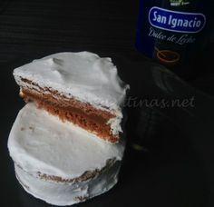 Ingredientes: Masa 150 grs de manteca 70 grs de azúcar 25 grs de miel 30 grs de cacao amargo 1 huevo 170 grs de harina leudante 80 grs de almidón de maíz esencia de vainilla 1 cucharadita Relleno Dulce de leche repostero cantidad necesaria Cobertura 2 claras de huevo 200 grs de azúcar impalpable 2 cucharadas de jugo de limón 200 ml de agua casi hirviendo Modo de Preparación Salen 12 alfajores de 5 cms de diámetro aproximadamente. 1- En un bol batir la manteca con el azúcar, agregar la miel…