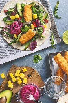 Fargerik og supergod tacovariant med sprø fisk, mango, avokado og syltet rødløk. Se oppskrift! Fish Tacos, Rolls, Fresh, Food, Buns, Essen, Bread Rolls, Meals, Yemek