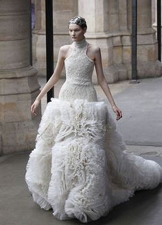 Sarah Burton for AMQ,  this is so different ! Perfect for a real princess, I rather prefer this one for Sarah Burton. I love the movement of the skirt. I would love to have such a signature piece