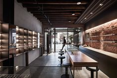 2016 popular design of industrial wind for eyewear shop interior by weathered solid wood cabinet with black metal shelf Shop Interior Design, Retail Design, Store Design, Black Metal Shelf, Metal Shelves, Eyewear Shop, Glass Store, Solid Wood Cabinets, Optical Shop