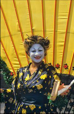 1e Zomercarnaval (Antilliaans carnaval) 1983, Utrecht   analoge diapositief kleurenfotografie, gescand van film op 4000 dpi door studio Care Graphics   © Charley van Doorn archief - outdoors photography - straatfotografie © Utrecht, Punk, Studio, Film, Style, Fashion, Mardi Gras, Movie, Moda