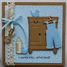 Mooie combinatie van materialen: stans van een kast, 3D-knipvel (tuinbroek en eendjes) en houten figuurtjes.