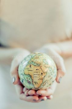 Tenir le monde entre ses mains You've got the world in your hands We Are The World, Wonders Of The World, Globes Terrestres, Map Globe, Adventure Is Out There, Oh The Places You'll Go, Belle Photo, Travel Quotes, Travel Around