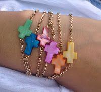 Pulseras de cadena doradas con crucitas de nácar de varios colores, ideales para niñas, y no tan niñas jeje