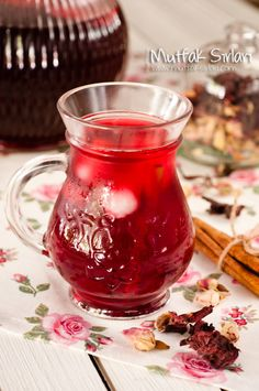 Hibiskus Sherbet - Kitchen Secrets - Practical Recipes - How to Make Pomegranate Flower (Hibiskus) Sorbet? There is also 1 comment to give you an idea. Healthy Foods To Eat, Healthy Drinks, Fruit Smoothies, Smoothie Recipes, How To Make Sorbet, Smoothie Detox Plan, Homemade Syrup, Wie Macht Man, Grenade