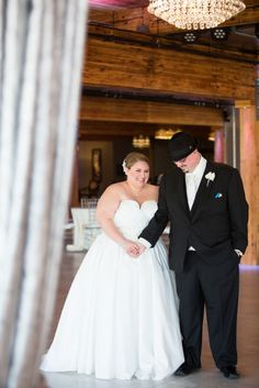#plussize #bride #curvybrides {REAL PLUS SIZE WEDDING} ELEGANT AND CHIC AFFAIR IN MINNESOTA | J. STOIA PORTRAIT DESIGN // See more here: http://prettypearbride.com/real-plus-size-wedding-elegant-and-chic-affair-in-minnesota-j-stoia-portrait-design/