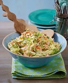 The recipe for American coleslaw and other free recipes on LECKER.de The recipe for American coleslaw and other free recipes on LECKER. Creamy Coleslaw, Vegan Coleslaw, Healthy Coleslaw Recipes, Salad Recipes, Drink Recipes, Jackfruit Burger, Le Diner, Jambalaya, Grilling Recipes