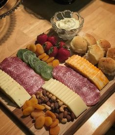 Party Food Platters, Food Trays, Cheese Platters, Charcuterie Recipes, Charcuterie And Cheese Board, Finger Food Appetizers, Appetizer Recipes, Chicken Recipes Under 500 Calories, Aperitivos Finger Food