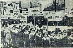 1937 Senesi..Çocuklar haklarını bildiren pankartlarla yürüyor.