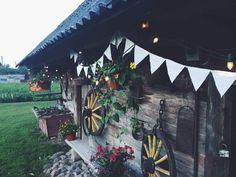 Kaimo sodybos dekoravimas. | Decorating a country house with lighting garlands.