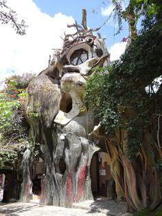 """Biệt thự Đà Lạt lọt danh sách các nhà kỳ lạ nhất thế giới   Trang web kiến trúc Archdaily vừa đưa ra danh sách các công trình có kiến trúc đặc biệt nằm rải rác ở Mỹ châu Âu châu Á... trong đó có biệt thự Hằng Nga ở Việt Nam.  Biệt thự Hằng Nga ở Đà Lạt còn được gọi là """"Nhà điên"""" có hình thù kỳ quái với các khối hang động thân cây khổng lồ làm bằng bê tông. (Xem thêm hình ảnh nhà).  Tòa nhà Chiếc giỏ là trụ sở của công ty Longaberger ở Ohio (Mỹ). Công ty này chuyên sản xuất các loại giỏ thủ…"""