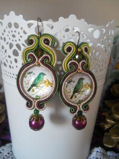 Orecchini artigianali realizzati con un cabochon al centro in vetro con foto di alta qualità, tecnica soutache , gancio in ottone bronzato , pendente perla swarosky