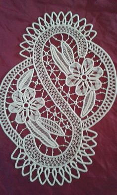 This Pin was discovered by Sus Bobbin Lace Patterns, Crochet Stitches Patterns, Macrame Patterns, Crochet Motif, Crochet Doilies, Crochet Lace, Bruges Lace, Romanian Lace, Crochet Flower Tutorial